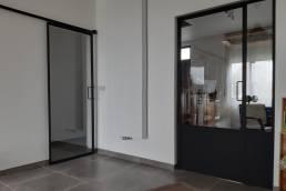 schuif deuren van metaal en glas zwart modern
